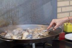 Het voorbereiden van paella Stock Afbeeldingen