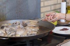 Het voorbereiden van paella Stock Foto