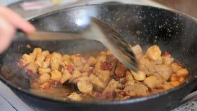Het voorbereiden van paella Spaans traditioneel voedsel stock footage