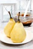 Het voorbereiden van peren met chocolade Stock Foto's