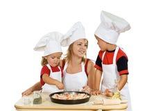 Het voorbereiden van pizza Stock Afbeeldingen