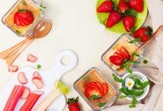 Het dessert van de rabarber en van de aardbei royalty-vrije stock afbeeldingen