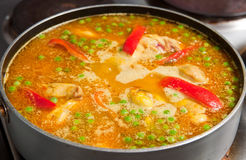 Het voorbereiden van rijst met kip Stock Foto's