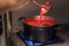 Het voorbereiden van roze saus Stock Foto's