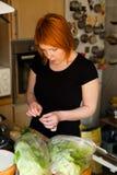 Het voorbereiden van salade Stock Afbeeldingen
