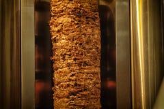 Het voorbereiden van het scherpe vlees van Shawarma Stock Foto