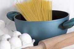 Het voorbereiden van spaghetti Stock Afbeelding