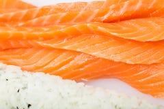 Het voorbereiden van sushibroodje, broodje en zalm Stock Foto's