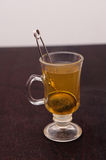Het voorbereiden van thee Stock Foto's