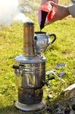 Het voorbereiden van thee Royalty-vrije Stock Foto's