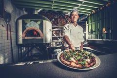 Het voorbereiden van traditionele Italiaanse pizza Stock Afbeeldingen