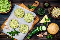 Het voorbereiden van veggies koteletten of pasteitjes voor burgers Courgettequinoa veggie hamburger met pestosaus en spruiten Hoo royalty-vrije stock fotografie