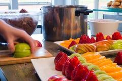 Het voorbereiden van verscheidenheid van heerlijk voedzaam voedsel voor feestelijke dinne royalty-vrije stock foto's