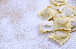 Het voorbereiden van verse ravioli stock fotografie