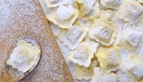 Het voorbereiden van verse ravioli stock foto's
