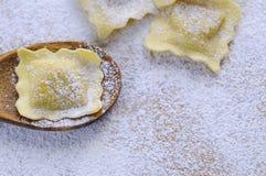 Het voorbereiden van verse ravioli Stock Foto