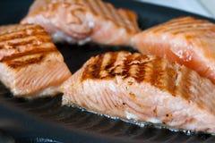 Het voorbereiden van vissenlapjes vlees stock afbeelding