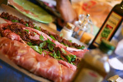 Het voorbereiden van Vlees voor Diner Stock Foto