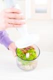Het voorbereiden van voedsel met handmixer stock afbeeldingen