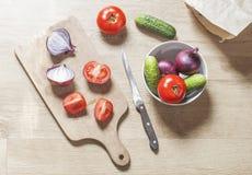 Het voorbereiden van voedsel op houten lijst Stock Afbeeldingen