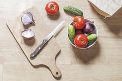 Het voorbereiden van voedsel op houten lijst Royalty-vrije Stock Afbeeldingen