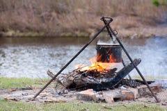 Het voorbereiden van voedsel op kampvuur Royalty-vrije Stock Foto's