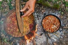 Het voorbereiden van voedsel op kampvuur Royalty-vrije Stock Afbeeldingen