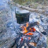 Het voorbereiden van voedsel op kampvuur in het wilde kamperen Stock Foto
