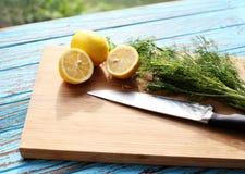 Het voorbereiden van voedsel voor saussalade door ingrediënt is citroen en koriander op houtsnede stock foto