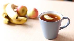 Het voorbereiden van zwarte thee met citroen mooi schot met zachte nadruk stock footage