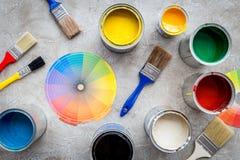 Het voorbereidingen treffen aan het schilderen Verven, palet en borstels op grijze steen hoogste mening als achtergrond royalty-vrije stock foto's