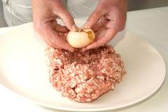 Het voorbereidingen treffen hakt fijn om vleesballetjes te maken Stock Fotografie