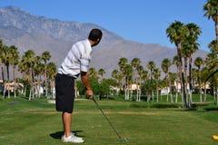 Het voorbereidingen treffen om een golfbal te raken Royalty-vrije Stock Fotografie