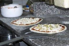 Het voorbereidingen treffen van de pizza royalty-vrije stock afbeelding