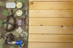 Het voorbereidingen treffen voor de zomer het kamperen Dingen nodig voor een episch avontuur Verkoop van het kamperen materiaal Royalty-vrije Stock Foto