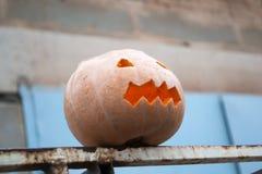 Het voorbereidingen treffen voor Halloween Pompoen op een omheining Royalty-vrije Stock Fotografie