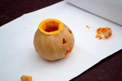 Het voorbereidingen treffen voor Halloween Pompoen op een omheining Stock Foto