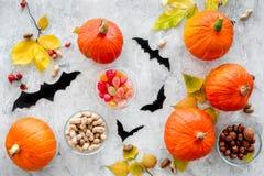 Het voorbereidingen treffen voor Halloween Pompoenen en document knuppels op grijze hoogste mening als achtergrond Royalty-vrije Stock Foto's