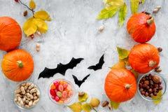 Het voorbereidingen treffen voor Halloween Pompoenen en document knuppels op grijze hoogste mening als achtergrond copyspace Royalty-vrije Stock Afbeelding