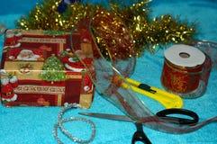 Het voorbereidingen treffen voor Kerstmis Verpakking van giften Een gift, schaar, B Royalty-vrije Stock Afbeeldingen