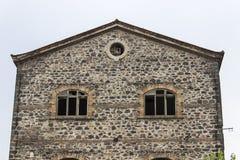 Het voorclose-upschot van verlaten metselwerksteen construeerde de oude bouw van de tabaksopslag in Izmir in Turkije stock afbeeldingen