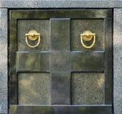 Het voordeel van de granietcrypt met de handvatten van de metaalring in cemeter Stock Afbeeldingen