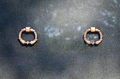 Het voordeel van de granietcrypt met de handvatten van de metaalring in cemeter Royalty-vrije Stock Foto's