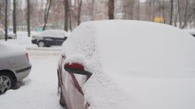 Het voordiedeel van een auto in sneeuw na een blizzard wordt begraven stock videobeelden