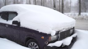 Het voordiedeel van een auto in sneeuw na een blizzard wordt begraven stock video