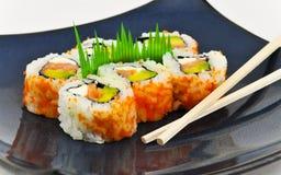 Het voorgerecht van Californië Philly van sushi met eetstokjes stock fotografie