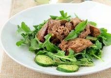 Het voorgerecht van de salade met kippenlever, arugula royalty-vrije stock afbeelding