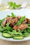Het voorgerecht van de salade met kippenlever, arugula stock fotografie