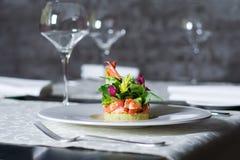 Het voorgerecht van het krabvlees, zeevruchtendelicatesse in restaurantbinnenland royalty-vrije stock foto