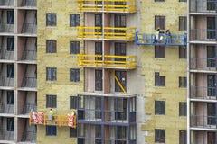 Het voorgevelwerk en isolatie van een gebouw met meerdere verdiepingen royalty-vrije stock foto